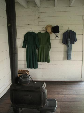 Amish farmhouse, clothes. Image via http://bit.ly/zy2VYJ