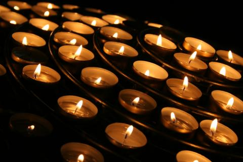 Photo: Candle vigil, © Canoneer/ Shutterstock.com
