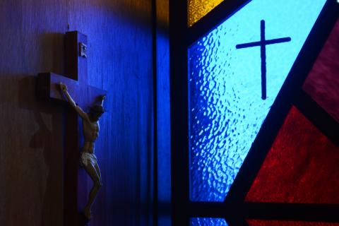 Stained glass window & crucifix, benztsai / Shutterstock.com