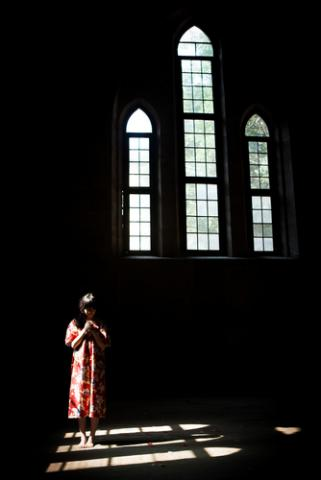 Woman in church, fztommy / Shutterstock.com