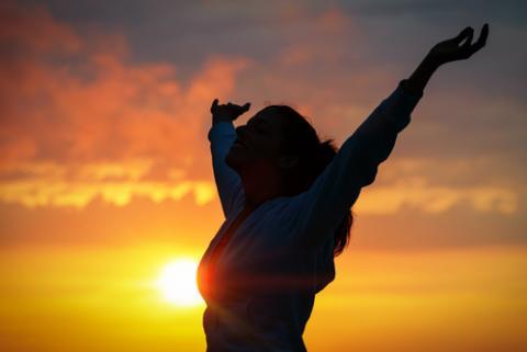 Woman praising, irima / Shutterstock.com