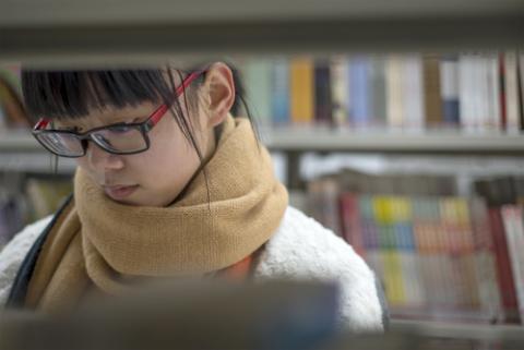 Girl in a bookstore,  LIUSHENGFILM / Shutterstock.com