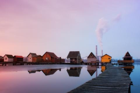 Houses in front of a power plant. Image via LeicherOliver/shutterstock.com