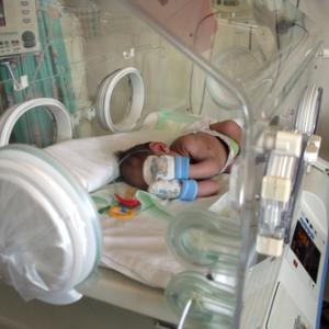 Premature baby in incubator, Ioannis Ioannou / Shutterstock.com