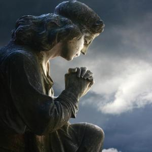 Praying statue, antoniomas / Shutterstock.com