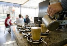 Cafe scene, kgelati / Shutterstock.com