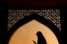 Muslim woman praying, wong yu liang  / Shutterstock.com