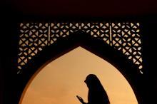 Muslim woman praying, wong yu liang  / Shutterstock.com