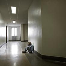 Child sitting alone, Suzanne Tucker / Shutterstock.com