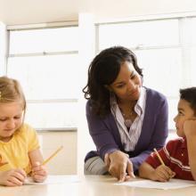 Teacher mentoring students, iofoto / Shutterstock.com