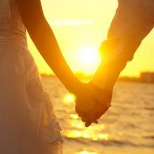 Bride and groom on beach, szefei / Shutterstock.com