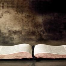 Open Bible,  Robyn Mackenzie / Shutterstock.com